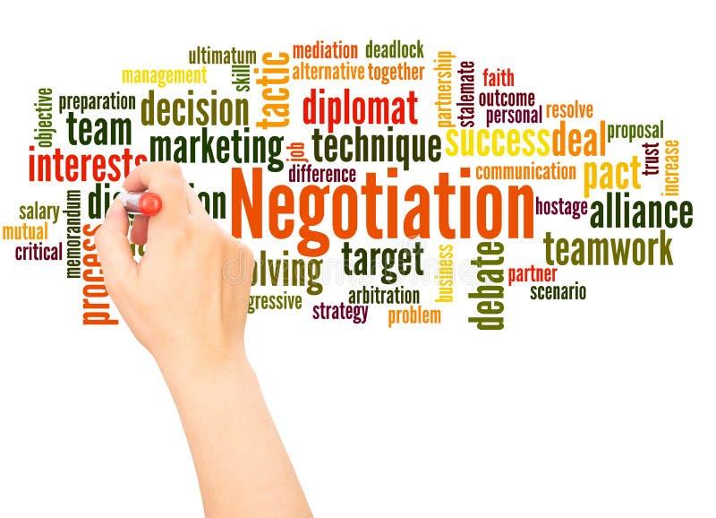 Hand för förhandlingordmoln som skriver begrepp arkivfoto