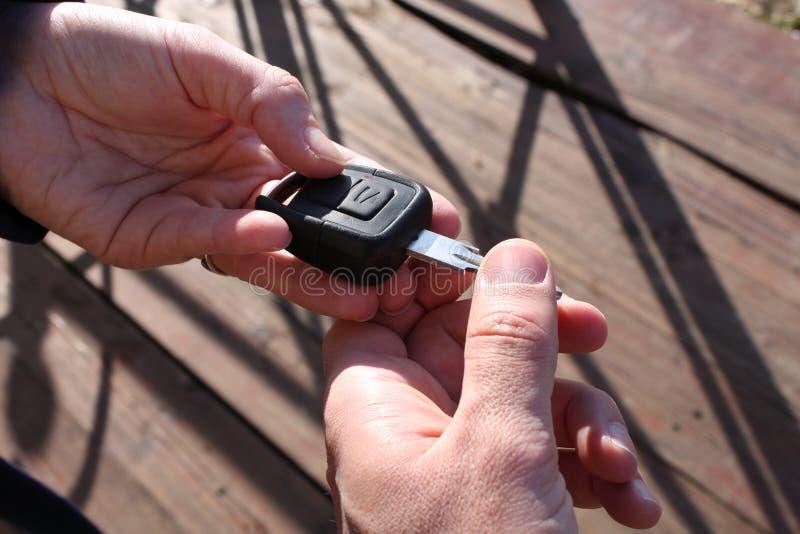 Hand för köpare` som s tar en biltangent royaltyfria bilder