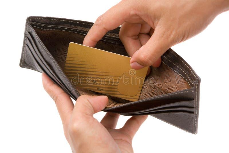 hand för kortkrediteringsguld som tar plånboken arkivfoto
