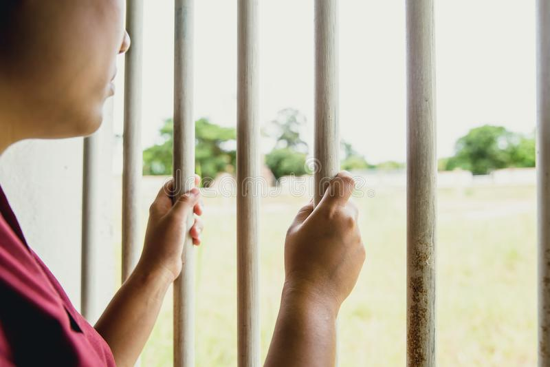 Hand för kvinnafängelsesaknad på burarresten ingen frihet royaltyfri foto