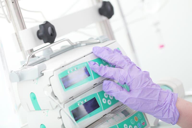 Hand för medicinska arbetare i skyddande handske royaltyfria foton