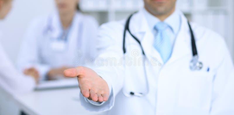 Hand för portion för manlig medicindoktor erbjudande för handskakning Partnerskap och förtroendebegrepp fotografering för bildbyråer