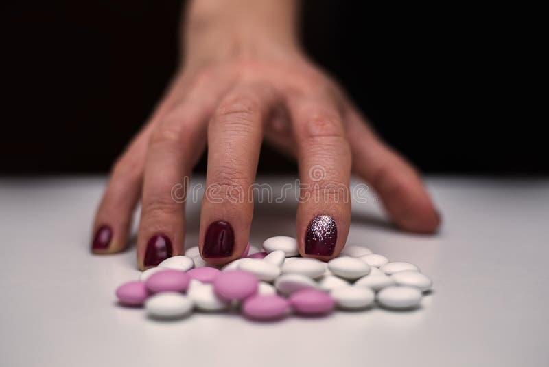 Hand för ung kvinna för Closeup med preventivpillerar royaltyfri foto