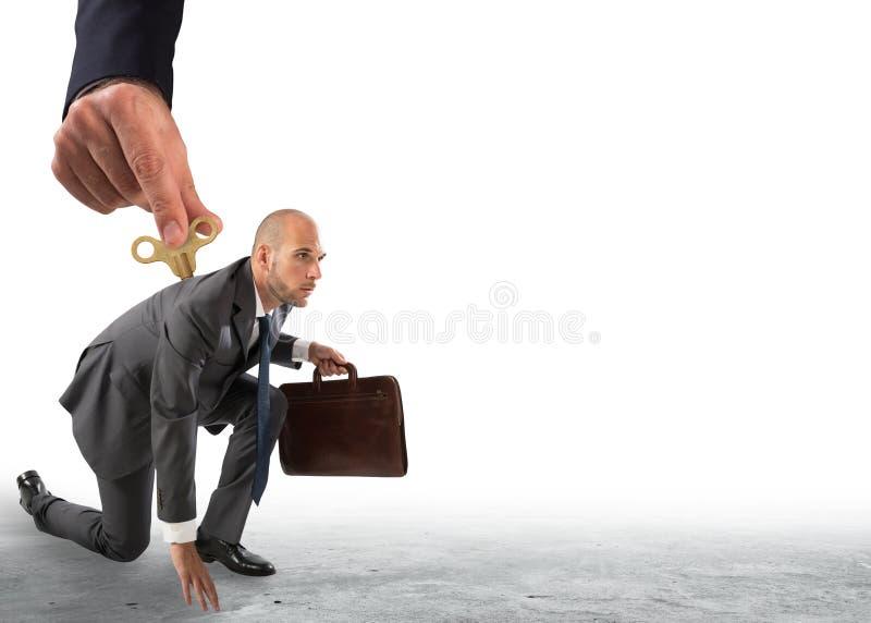 Hand från ovanför att ge laddningen till en affärsman som är klar att gå arkivfoton