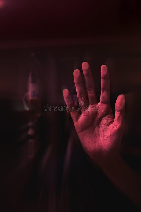 Hand gedrückt zum Glas lizenzfreie stockbilder