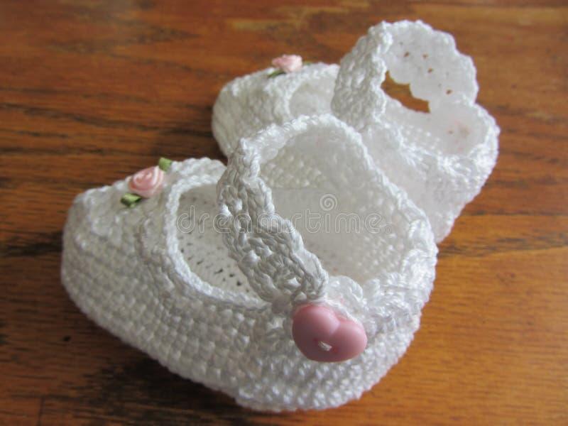 Hand Gehaakt Lacy White Girl Baby Booties stock afbeeldingen