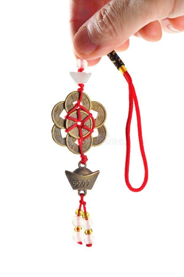 Hand - gehouden oude Chinese muntstukken met rode koorden. stock foto