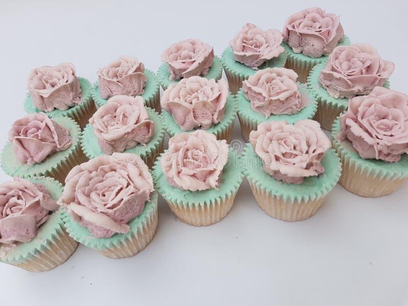 Hand geleitete rosafarbene kleine Kuchen buttercream Weinlese stockfotos