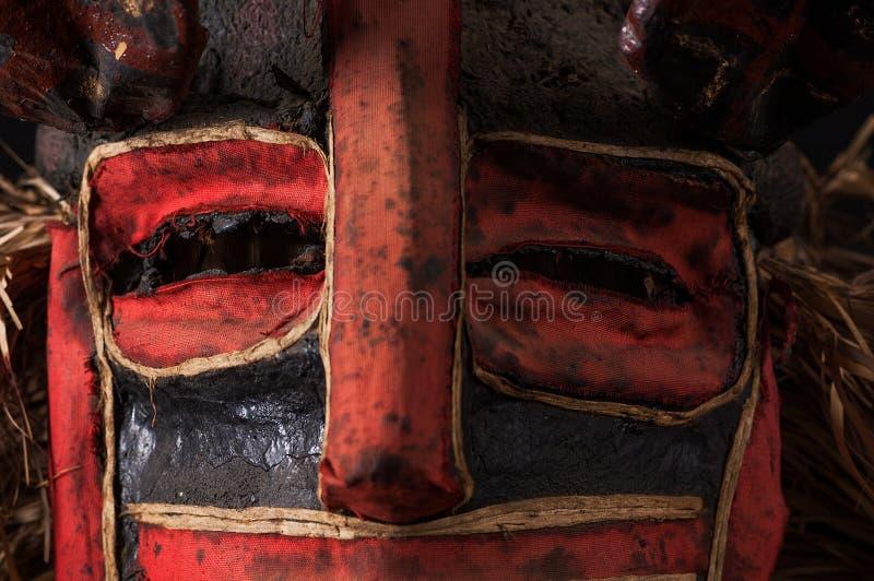 Hand - gemaakt Afrikaans masker met kabels die haar simuleren Menselijk gezicht I royalty-vrije stock foto