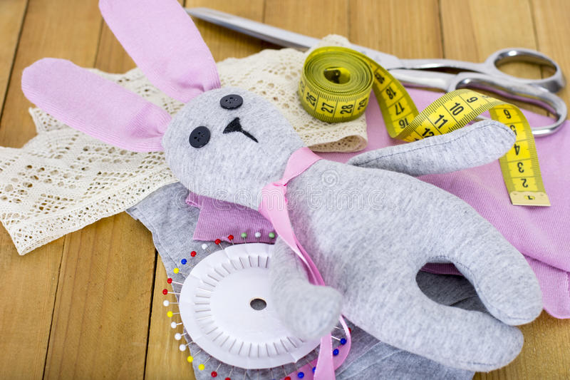 Hand - gemaakt konijntjesstuk speelgoed met het naaien van toebehoren op houten achtergrond royalty-vrije stock foto's