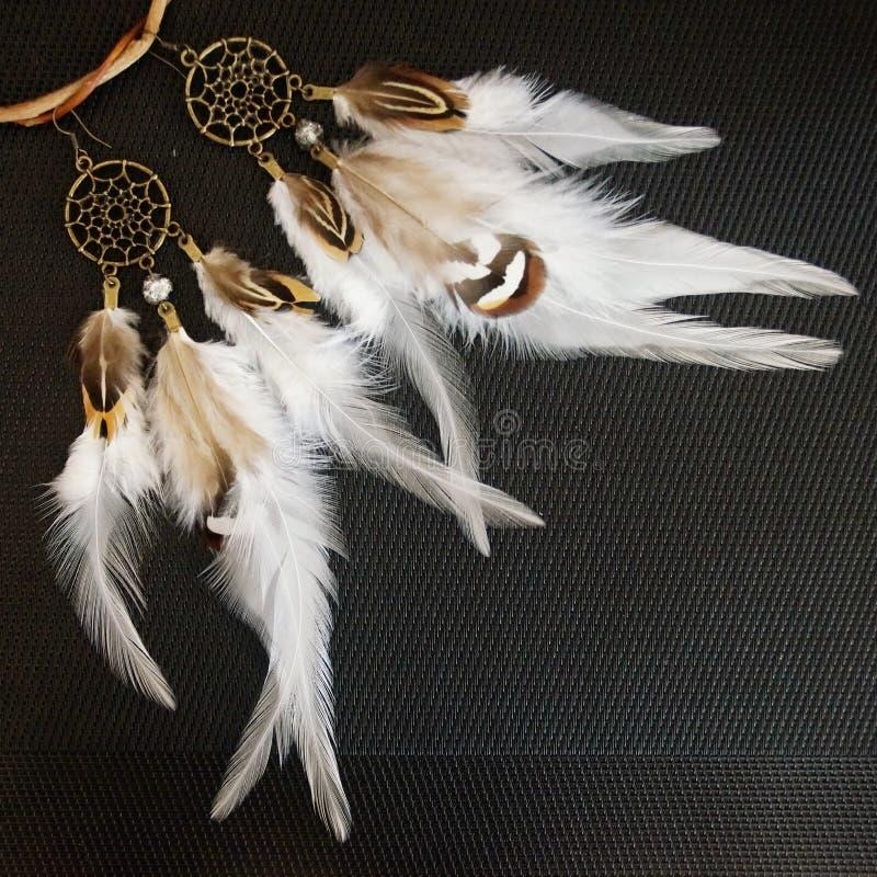Hand - gemaakte oorringen in de stijl van de droomvanger royalty-vrije stock afbeelding