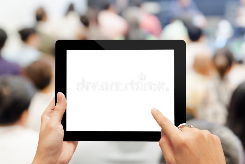 Hand genom att använda den digitala minnestavlan med den tomma skärmen royaltyfria foton