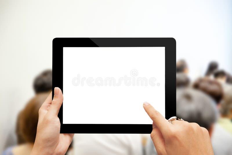Hand genom att använda den digitala minnestavlan med den tomma skärmen royaltyfri bild