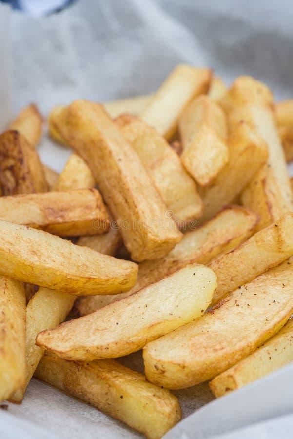 Hand geschnittene geschmackvolle Kartoffelchipfischrogen stockbilder