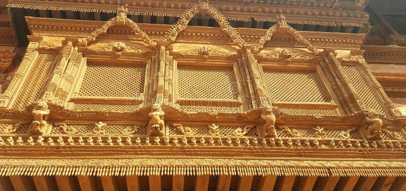 Hand geschnitztes bewaldetes Fenster in Nepal lizenzfreie stockbilder