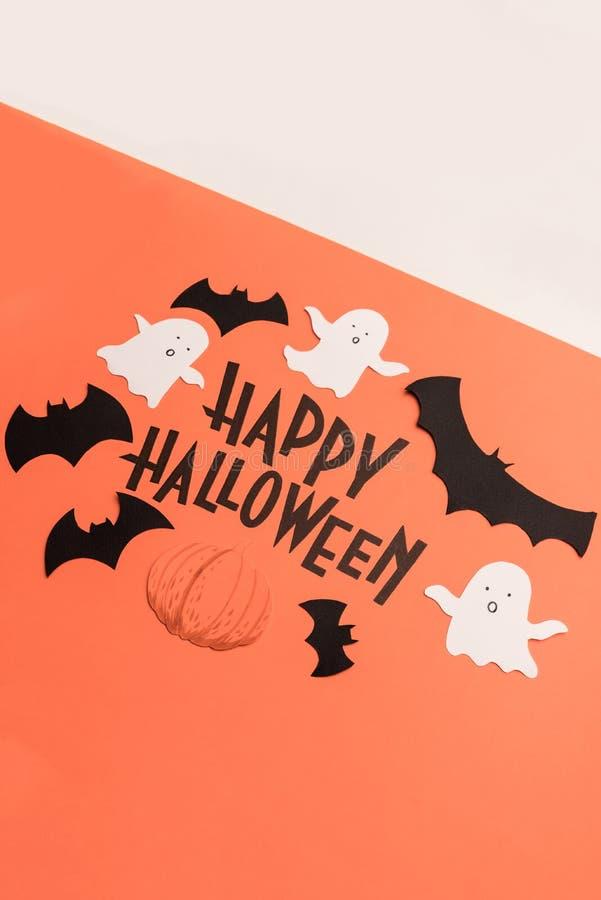 Hand geschreven uitdrukking Gelukkig Halloween met traditionele symbolen dichtbij het stock foto