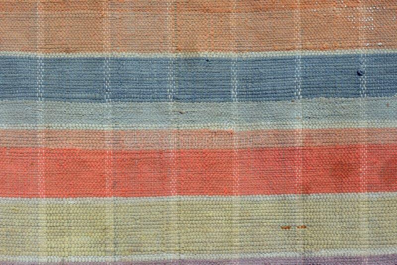 Hand geweven deken met rood, gele en andere kleuren stock afbeelding
