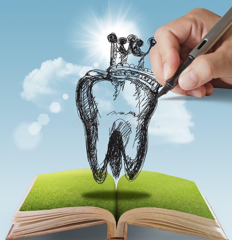 Hand gezeichneter Zahn und Krone lizenzfreie stockbilder