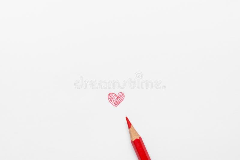 Hand gezeichnetes Gekritzel-rotes Herz auf Weißbuch mit Bleistift Fotografie der gemischten Medien Valentinsgruß-Mutter-Tag stockbilder