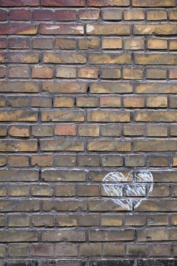 Hand gezeichnetes Kreide-Herz auf einer Backsteinmauer lizenzfreie stockfotos