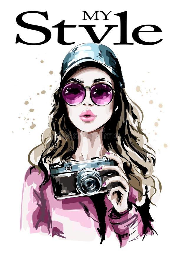 Hand gezeichnetes schönes Porträt der jungen Frau Modefrau in der stilvollen Kappe Nettes Mädchen mit Fotokamera stock abbildung