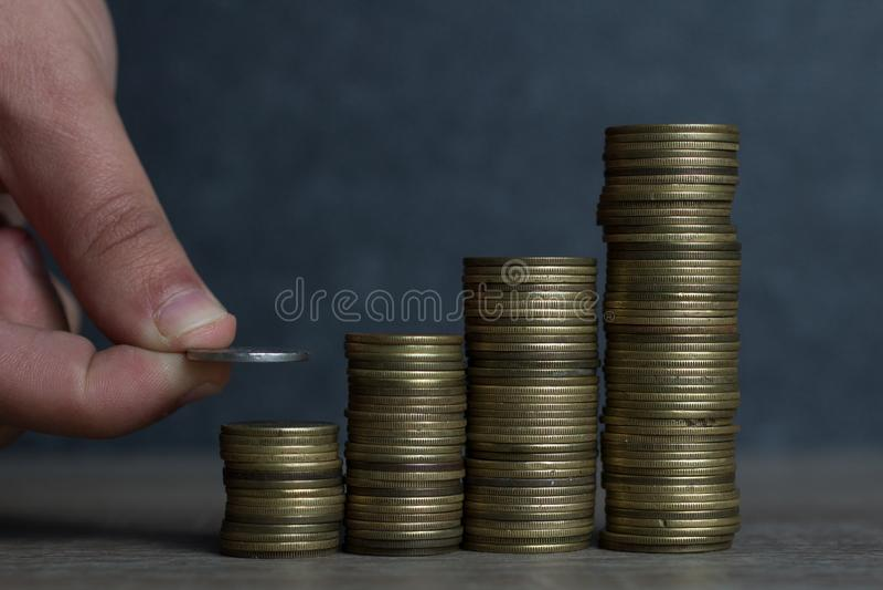 Hand gezette Muntstukken aan stapel muntstukken, het geld van de Conceptenbesparing royalty-vrije stock foto