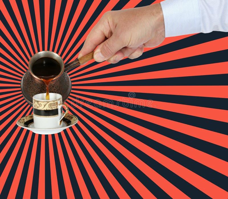 Hand gießt arabischen Kaffee in eine Schale vom türkischen Topf, vom cezve oder vom ibrik stockfotografie