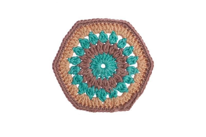 Hand-gjord dekorativ servett som virkas med f?rgrika tr?dar royaltyfri fotografi
