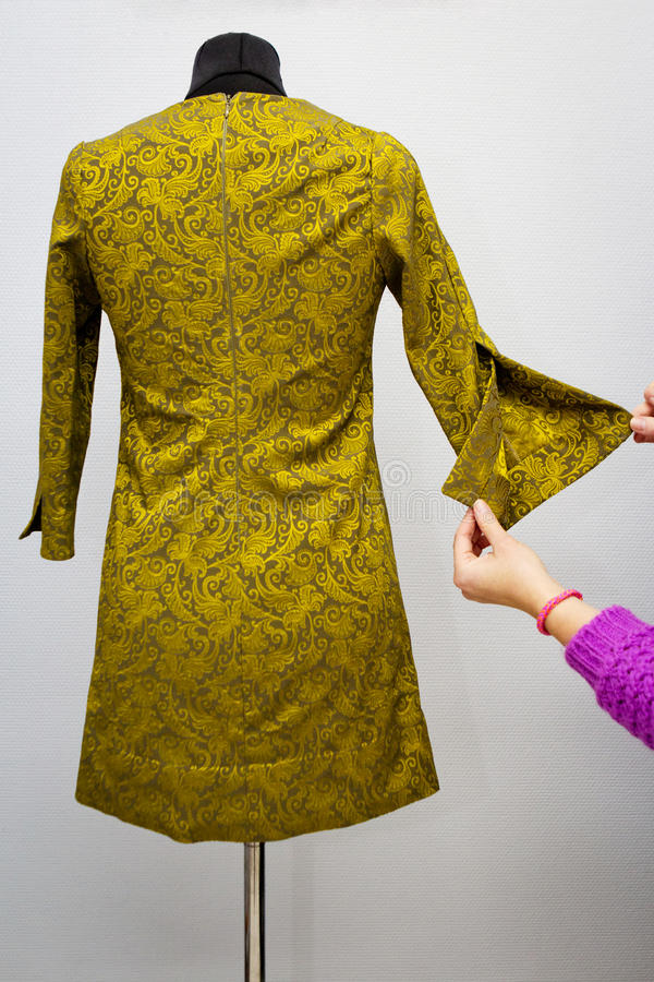 Hand-gjord klänning på attrappen fotografering för bildbyråer