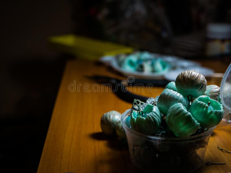 Hand - gjord korall färgrik prydd med pärlor halsband arkivbild