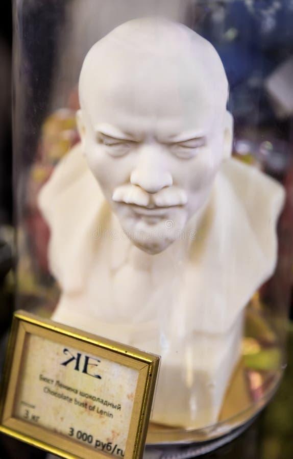 Hand-gjord vit chokladbyst av Lenin p? sk?rm p? den ber?mda livsmedelsbutiken Eliseevsky i St Petersburg, Ryssland fotografering för bildbyråer