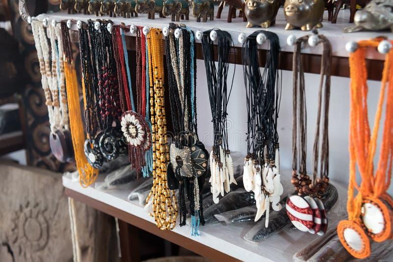Hand - gjorda halsband i marknaden royaltyfri fotografi