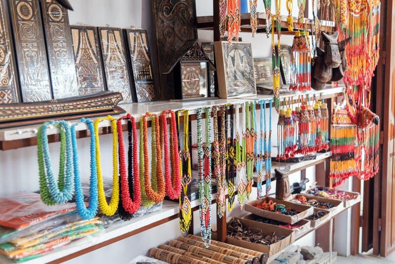 Hand - gjorda halsband och souvenir i marknaden royaltyfri bild