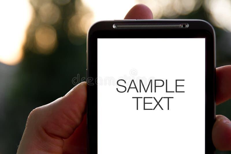Hand hält bewegliches Smartphone an stockfoto