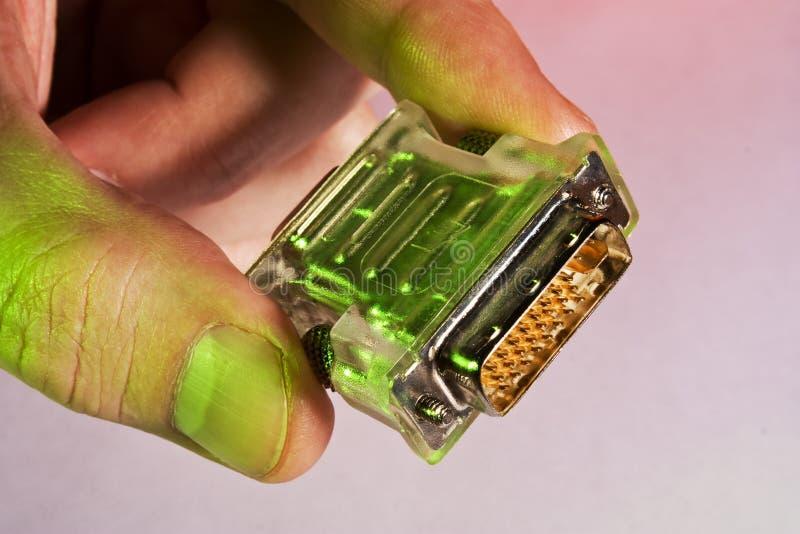 Hand hält einen Computerbolzen an stockfoto