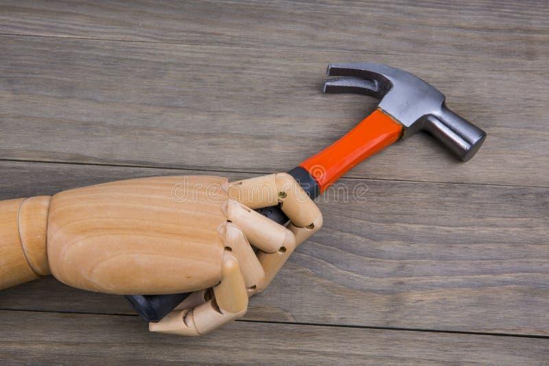 Hand hält einen Hammer lizenzfreie stockbilder