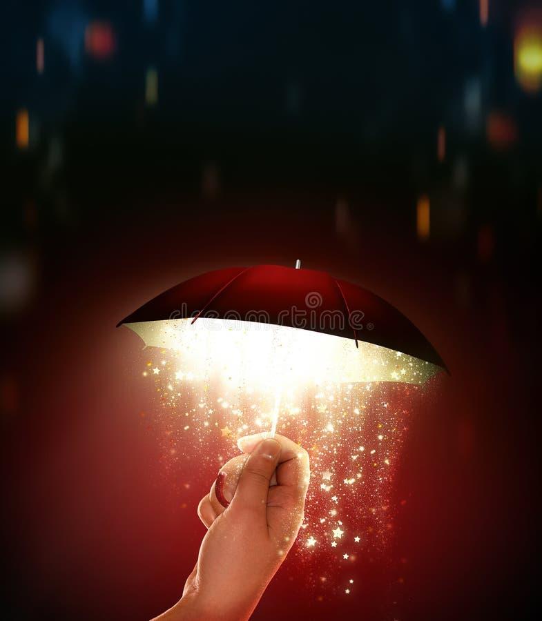 Hand hält einen Schirm mit einem magischen Glühen stockbilder