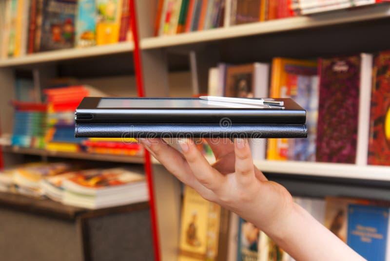 Hand hält elektronischen Buchleser an stockbilder