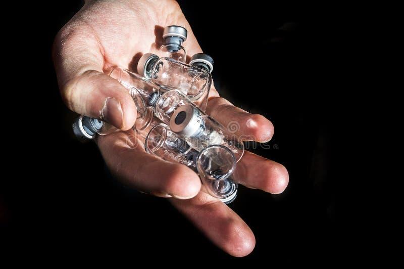 Hand hält Medizin-Glasampullen, leeres Insulin lizenzfreies stockbild