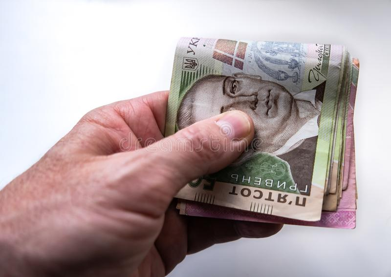 Hand hält ukrainisches Geld hryvnia stockfotografie