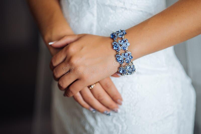 An Hand Halskette, Armband mit Steinen lizenzfreie stockfotos
