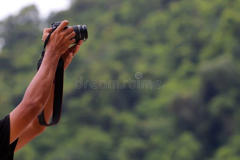 Hand-halten und die Kamera steuern stockfotos