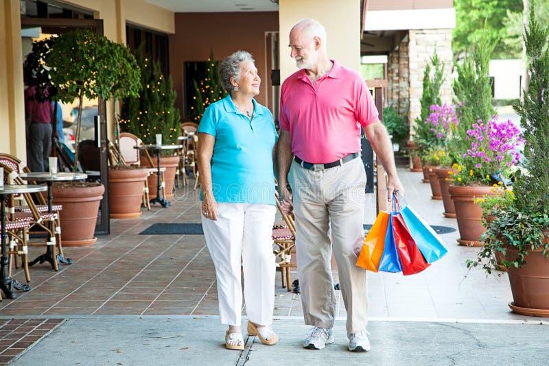Hand in hand het winkelen royalty-vrije stock foto's