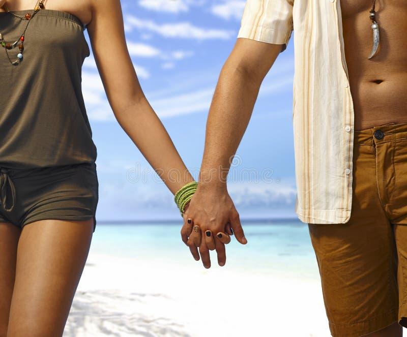 Hand in hand op het strand royalty-vrije stock foto's