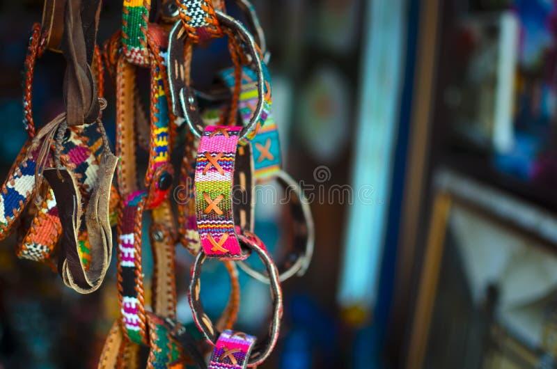 Hand-Handgelenkbänder, die vor dem Speicher hängen stockfoto
