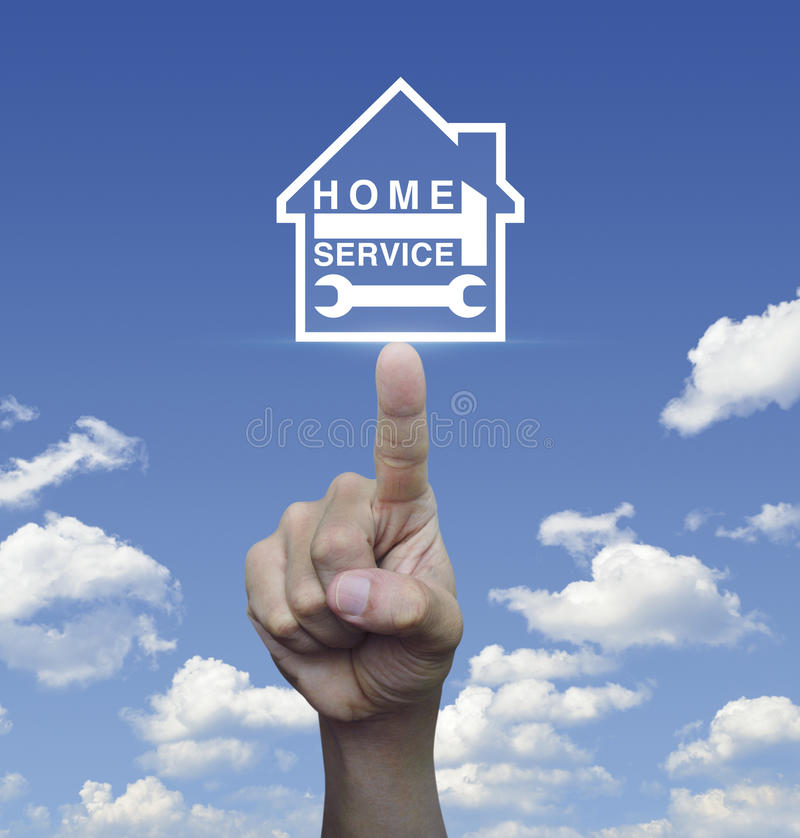 Hand het drukken hamer en moersleutel met huispictogram over blauwe hemelwi stock afbeeldingen