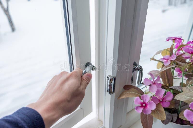 Hand het openen venster met bloemdecoratie stock afbeeldingen