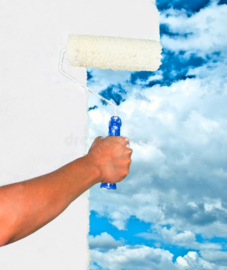 Hand het schilderen hemel op witte muur royalty-vrije stock afbeelding