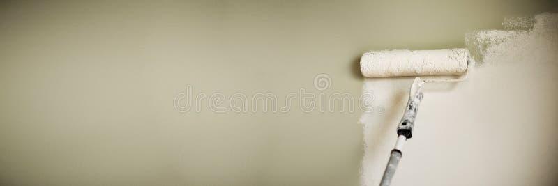 Hand het schilderen muur met verfrol, pastelkleur Van het de van de flatvernieuwing, reparatie, bouw en huis concept De ruimte va royalty-vrije stock foto