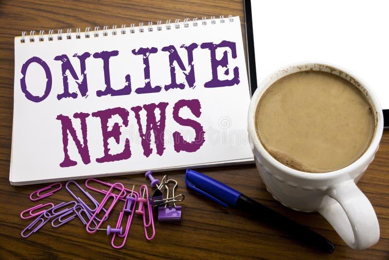 Hand het schrijven de inspiratie die van de teksttitel Online Nieuws tonen Bedrijfsconcept voor Online die Krantenartikel op nota royalty-vrije stock foto